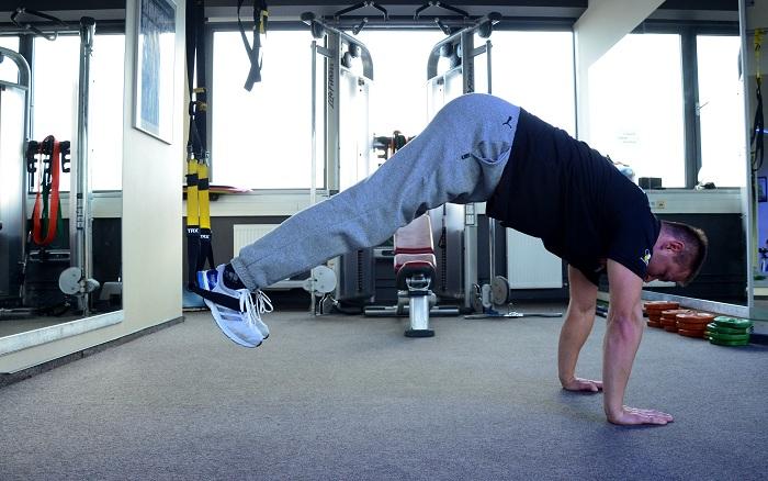 plank z taśmami trx i nogi