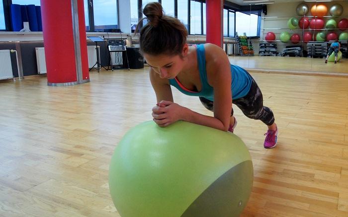 plank na piłce fitness
