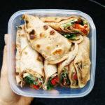 Naleśniki orkiszowe z hummusem i warzywami? Idealny fit lunch do pracy