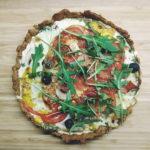 Tarta à la pizza z szynką parmeńską. Jak zrobić fit wersję?