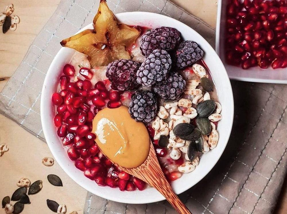 Owsianka na śniadanie z cukinią i malinami