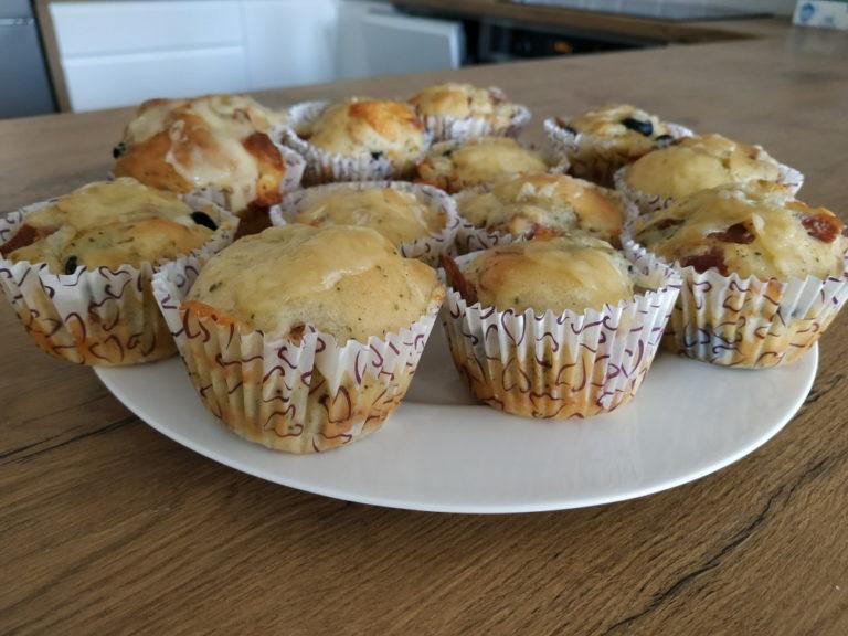 Muffinki pizzerki z chorizo i oliwkami