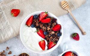 Czekoladowa granola z patelni z jogurtem i owocami