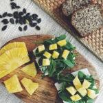 Śniadanie dla biegacza w formie kanapek [ser kozi, rukola i ananas]